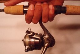 how to cast a spinning reel - correct way to hold rod